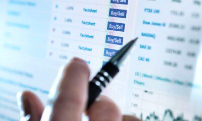 Att handla med ETFer är precis lika lätt som att handla med aktier. Många väljer att handla med aktier genom den bank där de redan är kunder, men det finns en tanke på att öppna en depå för ETFer hos både Nordnet och Avanza. Båda dessa aktörer erbjuder investeringsplattformar med i första hand värdepappershandel, både aktier och ETFer.