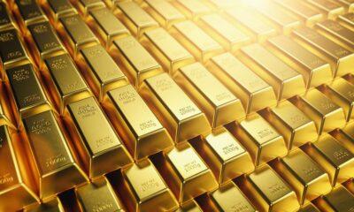 GLD ETF är ett sätt att få exponering mot guldmarknaden SPDR Gold Shares (GLD ETF) är en del av SPDR-familjen av börshandlade fonder som förvaltas och marknadsförs av State Street Global Advisors. Under några år var fonden den näst största börshandlade fonden i världen, och den var kort den största. Vid utgången av 2014 föll den ur topp tio listan. GLD ETF är ett sätt att få exponering mot guldmarknaden, om än ett ganska dyrt sådant då denna börshandlade fond kommer med en förvaltningskostnad på 0,40 procent. SPDR® Gold Shares (NYSEArca: GLD) erbjuder investerare ett innovativt, relativt kostnadseffektivt och säkert sätt att komma åt guldmarknaden. Ursprungligen noterat på New York Stock Exchange i november 2004 och handlades på NYSE Arca sedan 13 december 2007, är SPDR® Gold Shares den största fysiskt backade guldbörsfonden (ETF) i världen. SPDR® Gold Shares handlas också på Singapore-börsen, Tokyo-börsen, Hongkong börsen och den mexikanska börsen (BMV). GLD-fondbeskrivning GLD spårar guldpriset, minus kostnader och skulder, med guldstänger som hålls i valv i London. GLD Factset Analytics Insight GLD var först på den amerikanska marknaden för att investera direkt i fysiskt guld. Produktstrukturen minskade svårigheterna att köpa, lagra och försäkra fysiskt guldguld för investerare. NAV för fonden bestäms med hjälp av LBMA PM Gold Price (tidigare London PM Gold Fix), så GLD har ett extremt nära förhållande till spotpriset. Dess struktur som beviljande av förtroende skyddar investerare, förvaltare kan inte låna ut guldstaplarna. Skatter på långsiktiga vinster kan dock vara branta, eftersom GLD anses vara en samlarobjekt av IRS. Fondöversikt Investeringen syftar till att återspegla priset på guldtackor, minus kostnaderna för förvaltningens verksamhet. Fonden innehar guldstänger och utfärdar då och då korgar i utbyte mot insättningar av guld och distribuerar guld i samband med inlösen av korgar. Investeringsmålet för fonden är att andelarna ska återspegla priset på guld