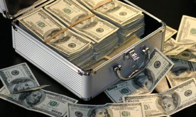 """I investeringsvärlden ser vi normalt finansexperter som berättar för oss om """"rätt"""" sätt att hantera våra pengar. Hur ofta drar dessa experter tillbaka gardinen och berättar för oss hur de själva investerar sina pengar? Aldrig. How I Invest My Money: Finance experts reveal how they save, spend, and invest förändrar detta."""