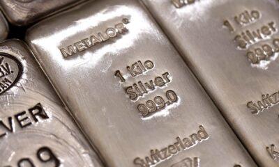 iShares Silver Trust (SLV ETF) spårar silverpriset, minus kostnader och skulder, med hjälp av silvertackor som förvaras i London. iShares Silver Trust (SLV ETF) handlas på NYSEArca i USD. Denna börshandlade fond har en årlig förvaltningskostnad på 0,50 procent.