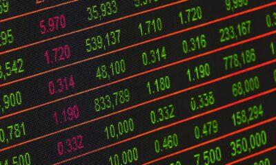 Det finns det, och det kallas short selling. Även om det verkar vara den perfekta strategin för att dra nytta av sjunkande aktiekurser, kommer det med ännu en annan typ av risk än att köpa aktier på traditionellt sätt.