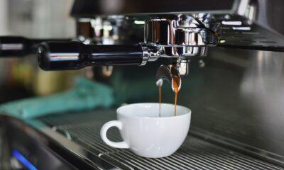 Att handla kaffe kan vara lukrativt och fördelaktigt för investerare och handlare. Medan vissa använder kaffeterminer och optioner för att säkra sina varor och tillgångar, spekulerar andra i kaffepriser. I den här artikeln lär du dig allt du behöver veta om kaffehandel och att handla kaffe.