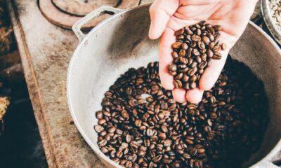 Den globala kaffeförsörjningen tog ytterligare en stor träff då colombianska bönder enligt uppgift har hållit tillbaka leverans av nästan en miljon säckar colombianskt kaffe i år