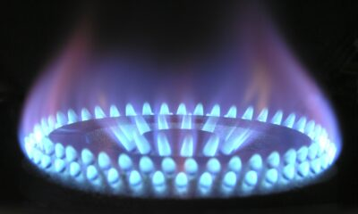 Naturgas är en allt mer efterfrågad råvara som effektivt värmer bostäder, driver kraftverk och till och med mobiliserar transportfordon. Detta har fått fler konsumenter att handla med naturgas istället för olja, vilket har skapat fler handelsmöjligheter.
